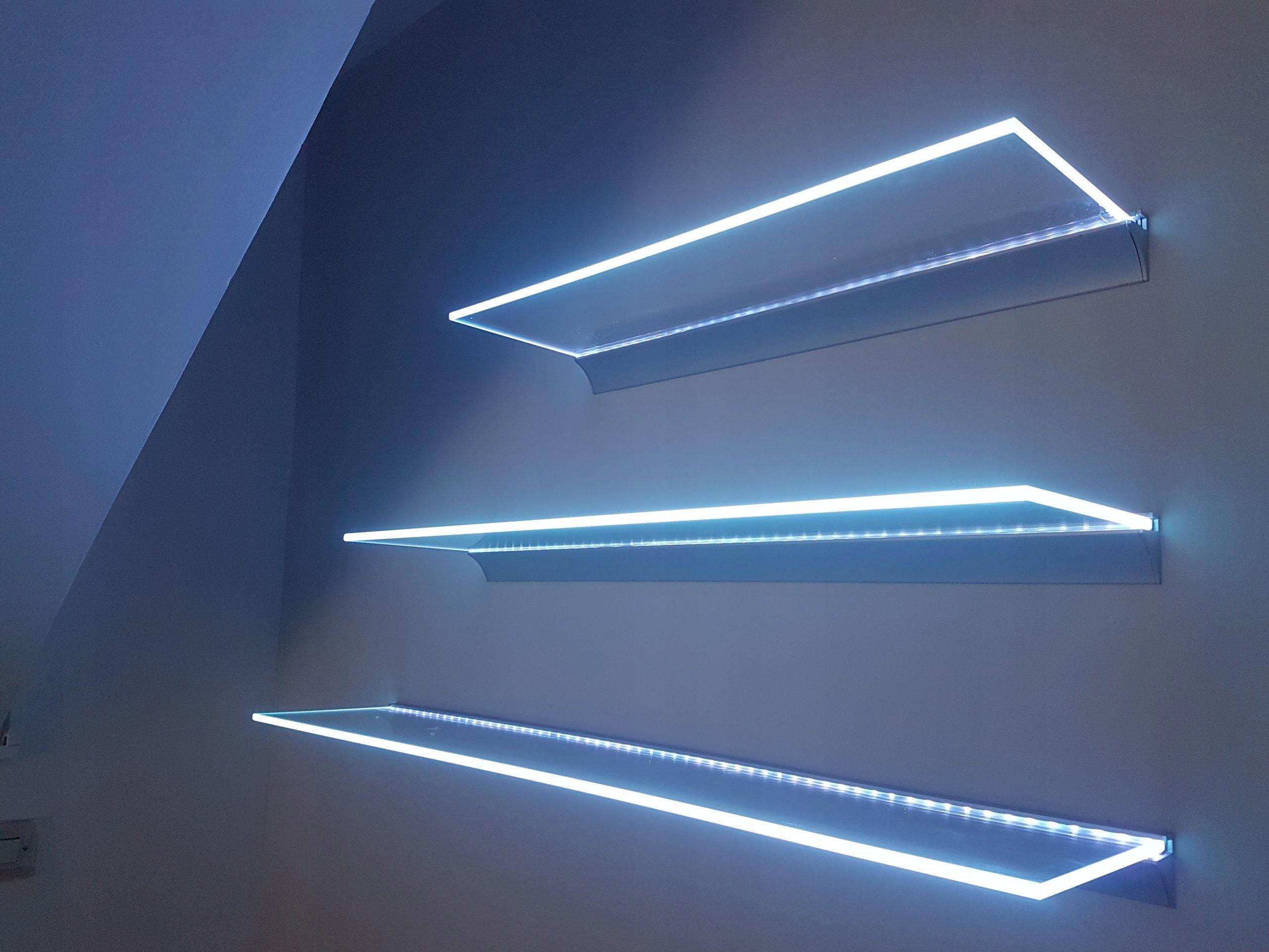 Sklenená polica veľkosť LEDowa 60 - 90 x 15 x 0,8 cm