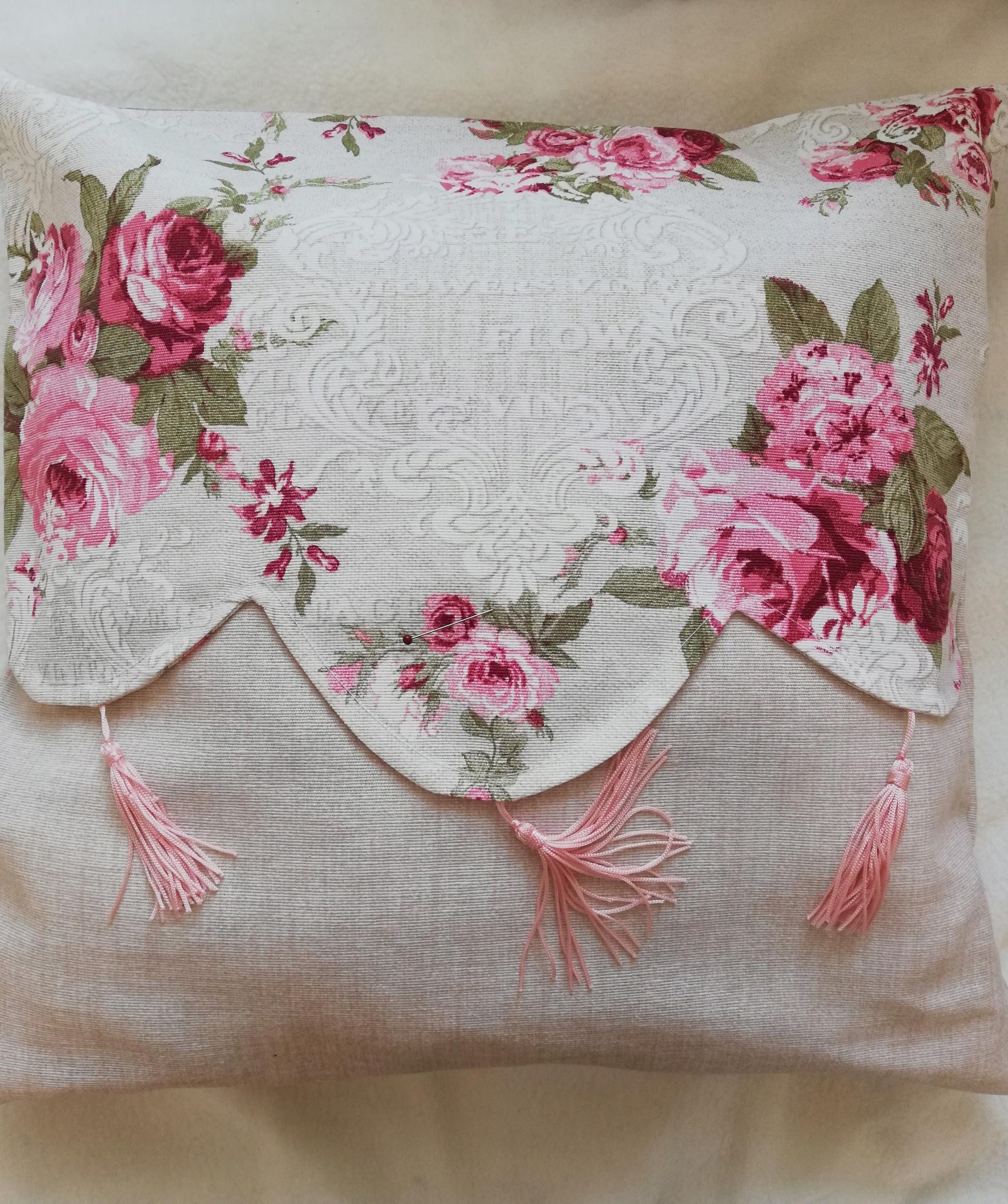 Vankúš Ruže VINTAGE Kvetinový, chwosty, 40x40 cm