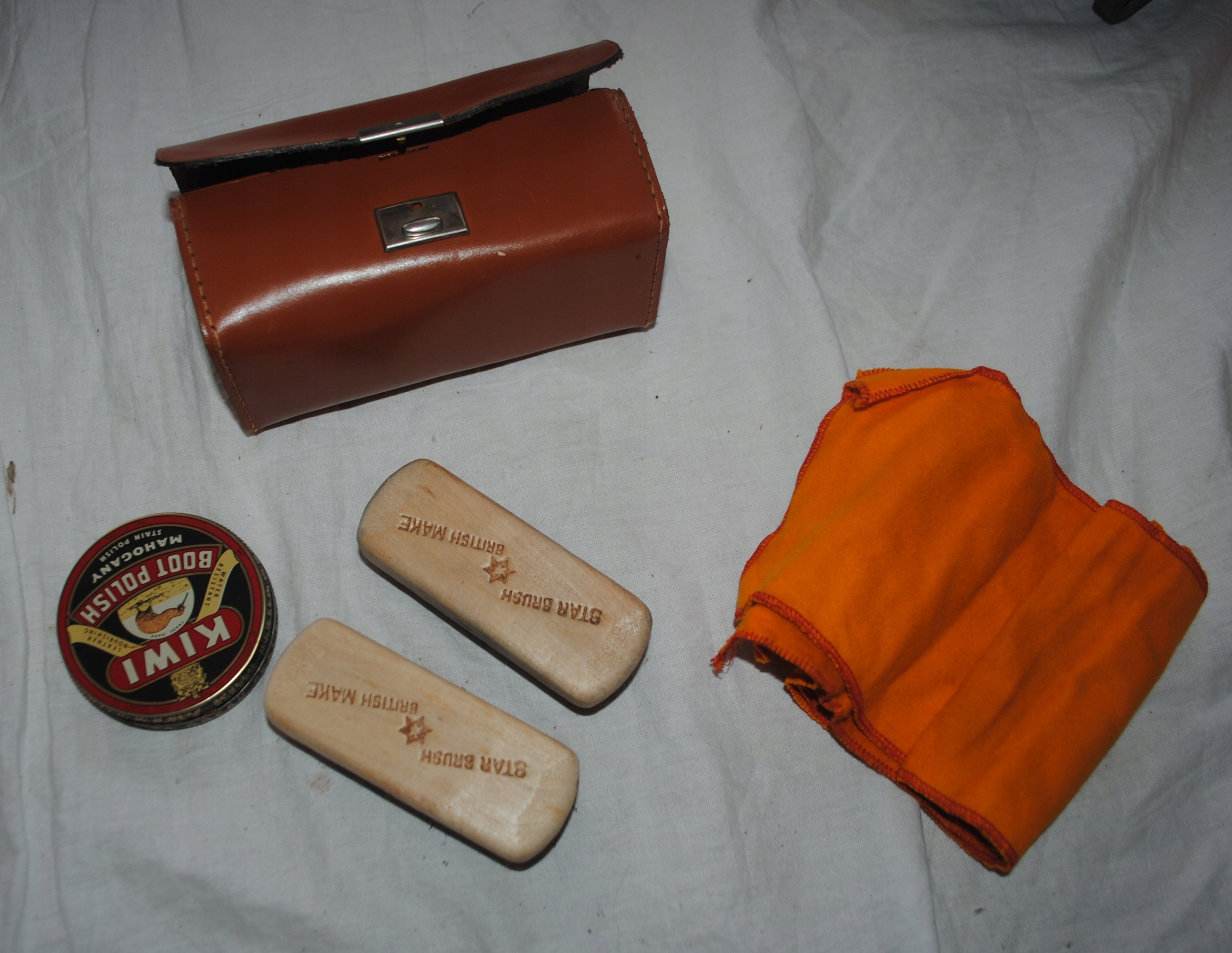 KIWI крем для обуви + футлярные щетки из Англии