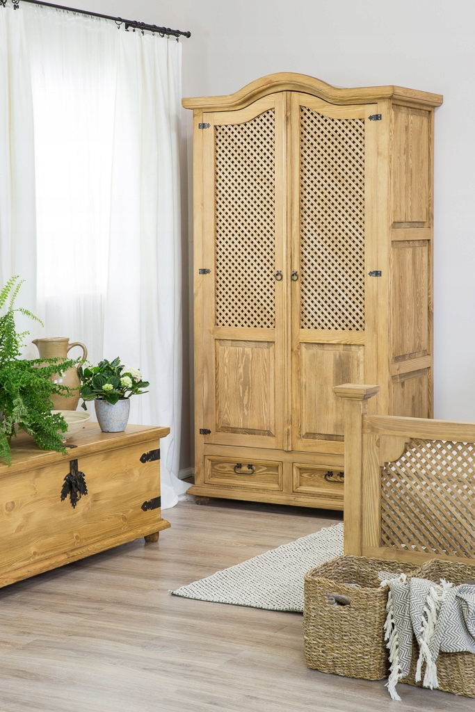Стилизованный деревянный шкаф, вощеная сосна