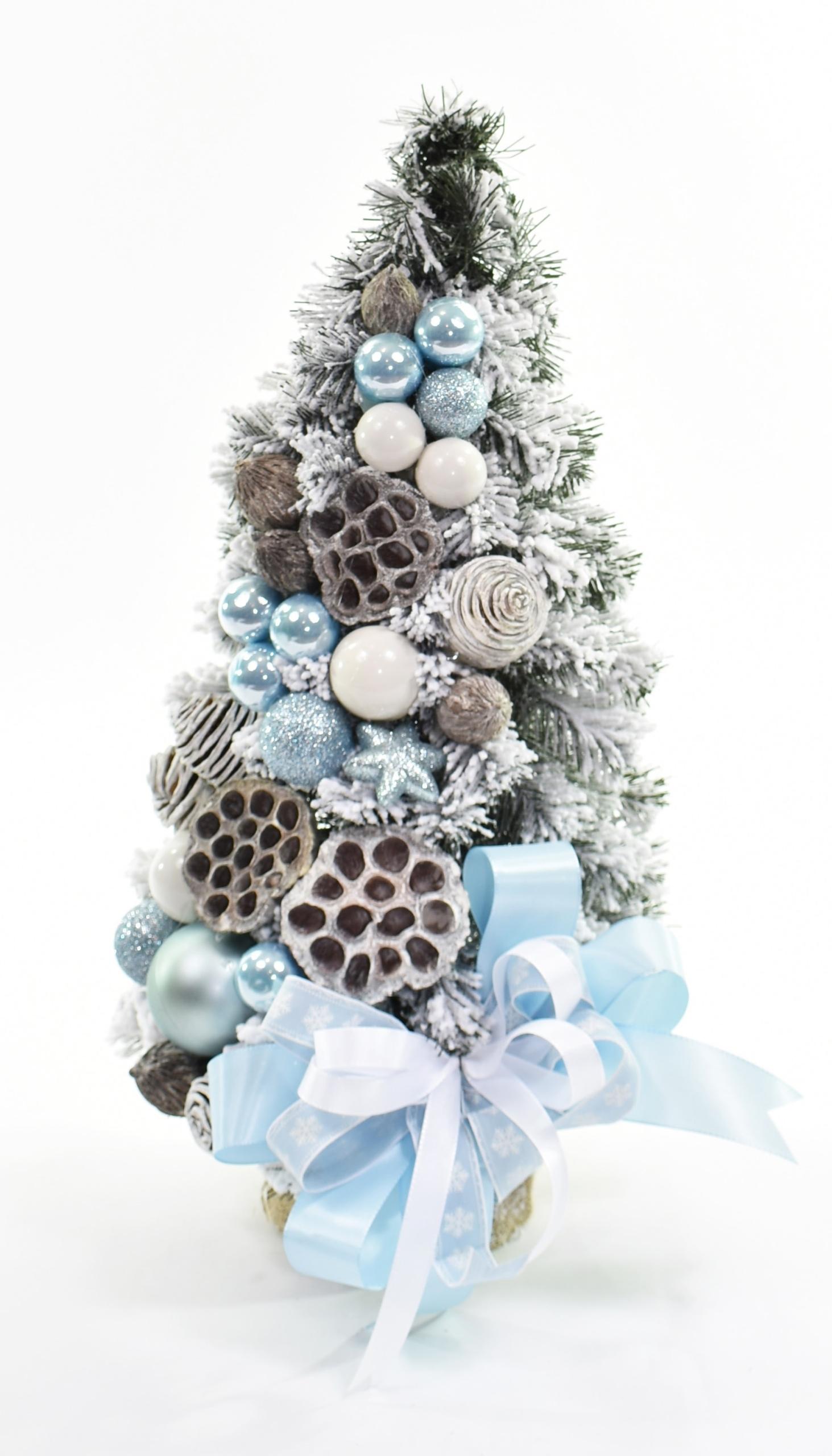 Snehový kónický vianočný stromček zdobený Snehovo modrou 50 cm