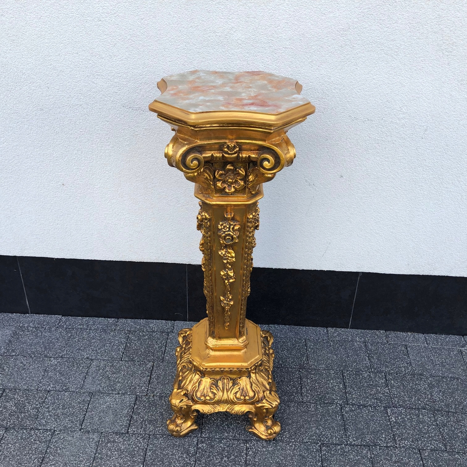 Item The MONUMENTAL Baroque column - post - bed
