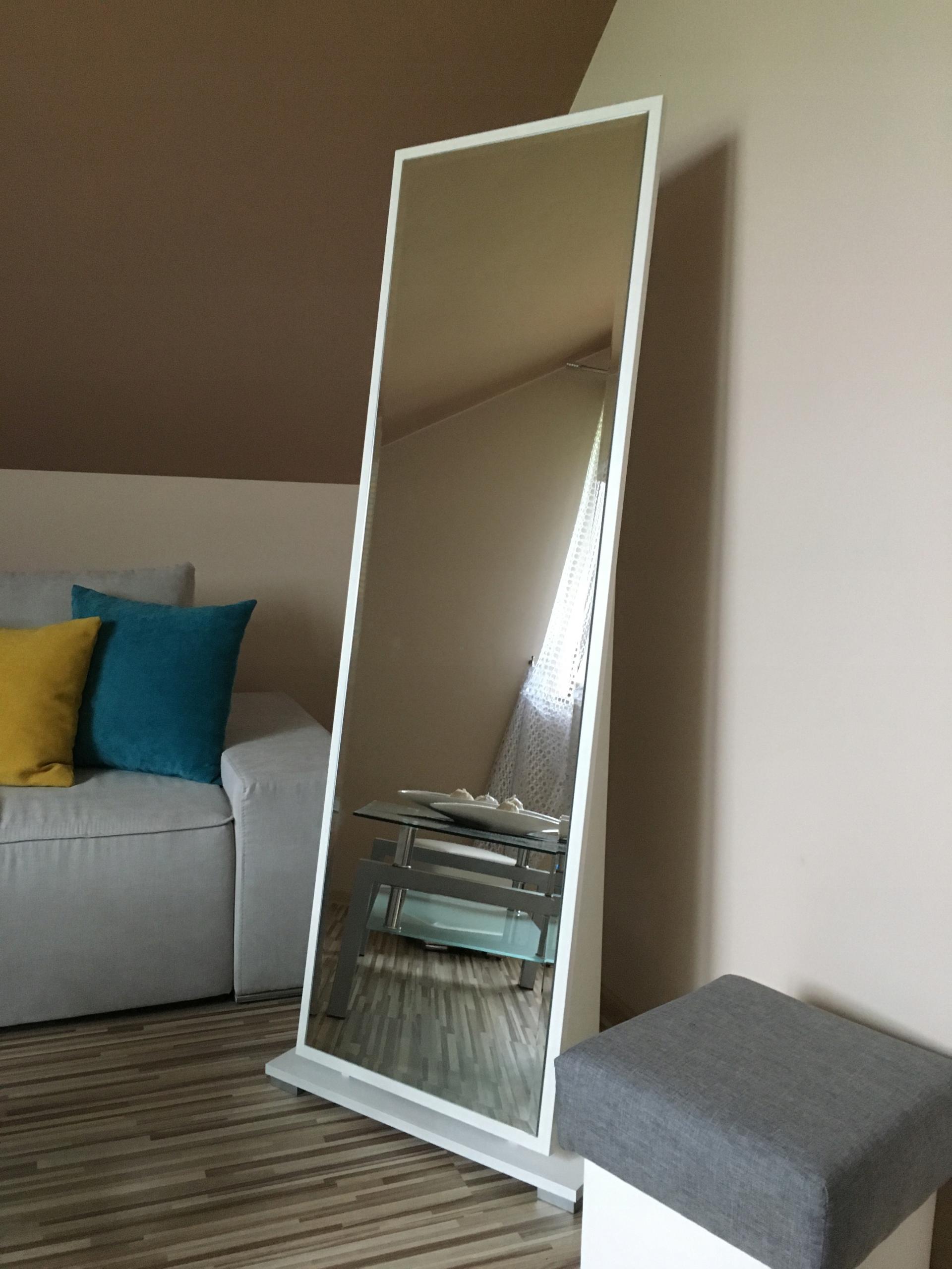 Vysoko moderné zrkadlo pre spálne v rámci