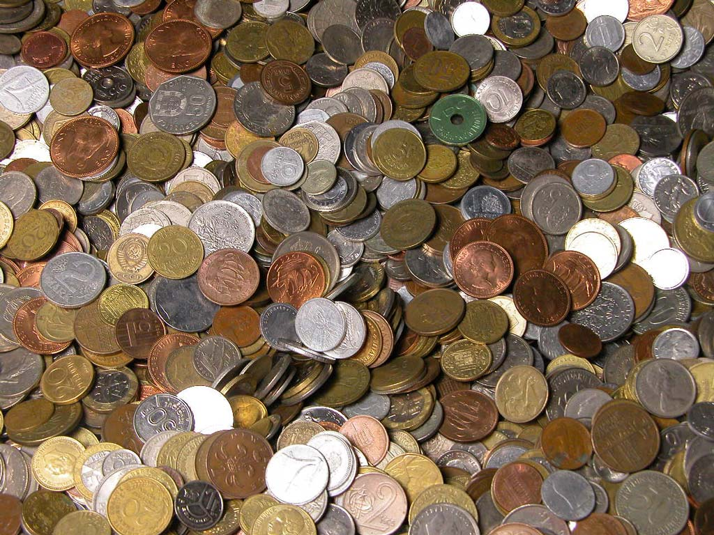 Item FOREIGN COINS - on weight set 1 kg