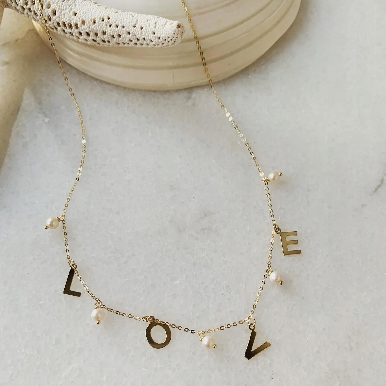Zlatý náhrdelník 5 pearl prívesok s nápisom LOVE 585