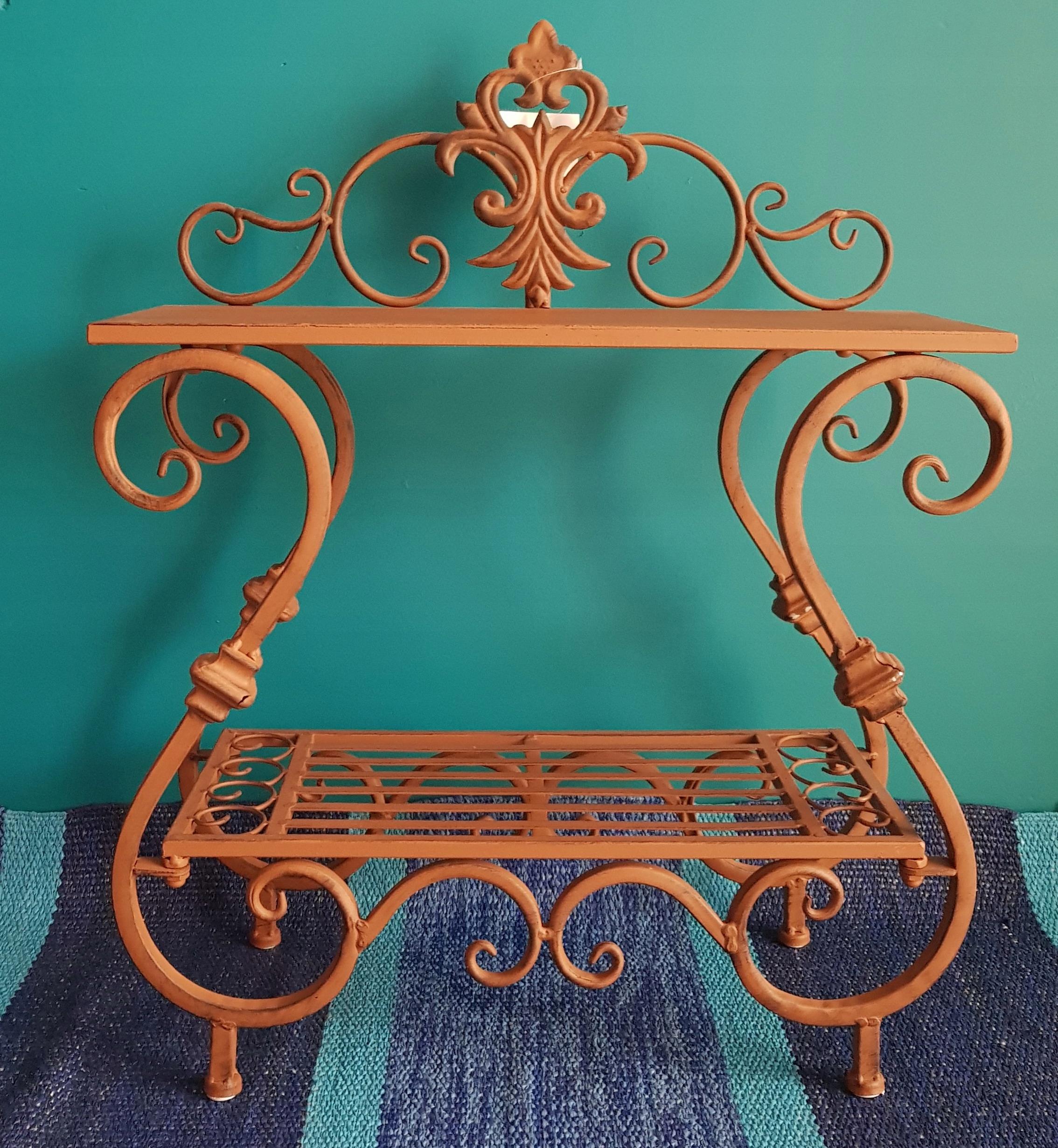 Loraville hnedý kvetinový stojanový stôl s kovaním
