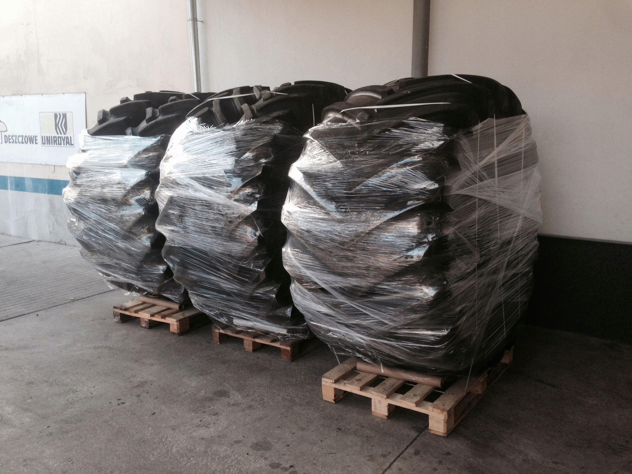 Picture of 5 TYRES ENGINE SUPPORT FRAME 7.00-12 7.00R12 7.00X12 7.00/12 12PR