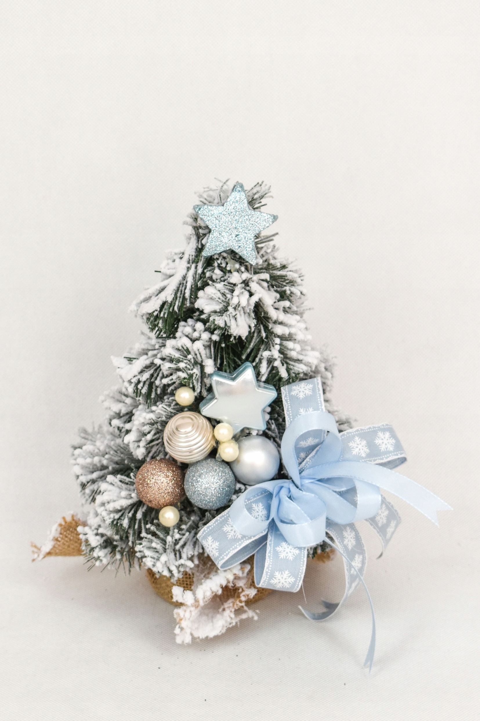 Snehový kónický vianočný stromček zdobený Snehovo modrou 30 cm