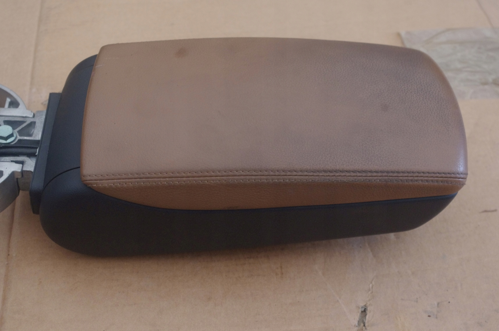Picture of ARMREST LEATHER BROWN HOLDER AUDI A6 C6