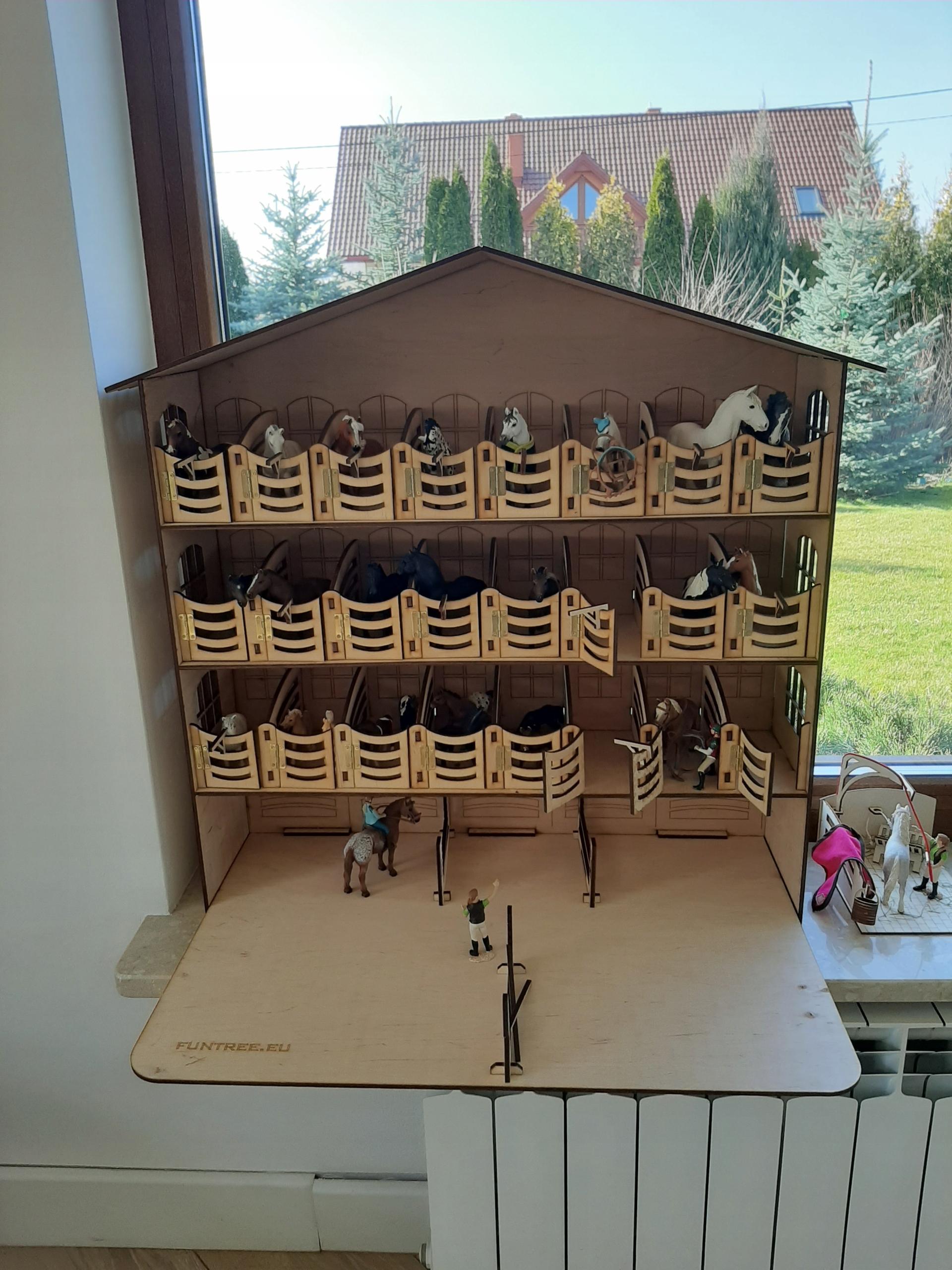 WALL stajňa 24 koní Schleich Breyer Collecta