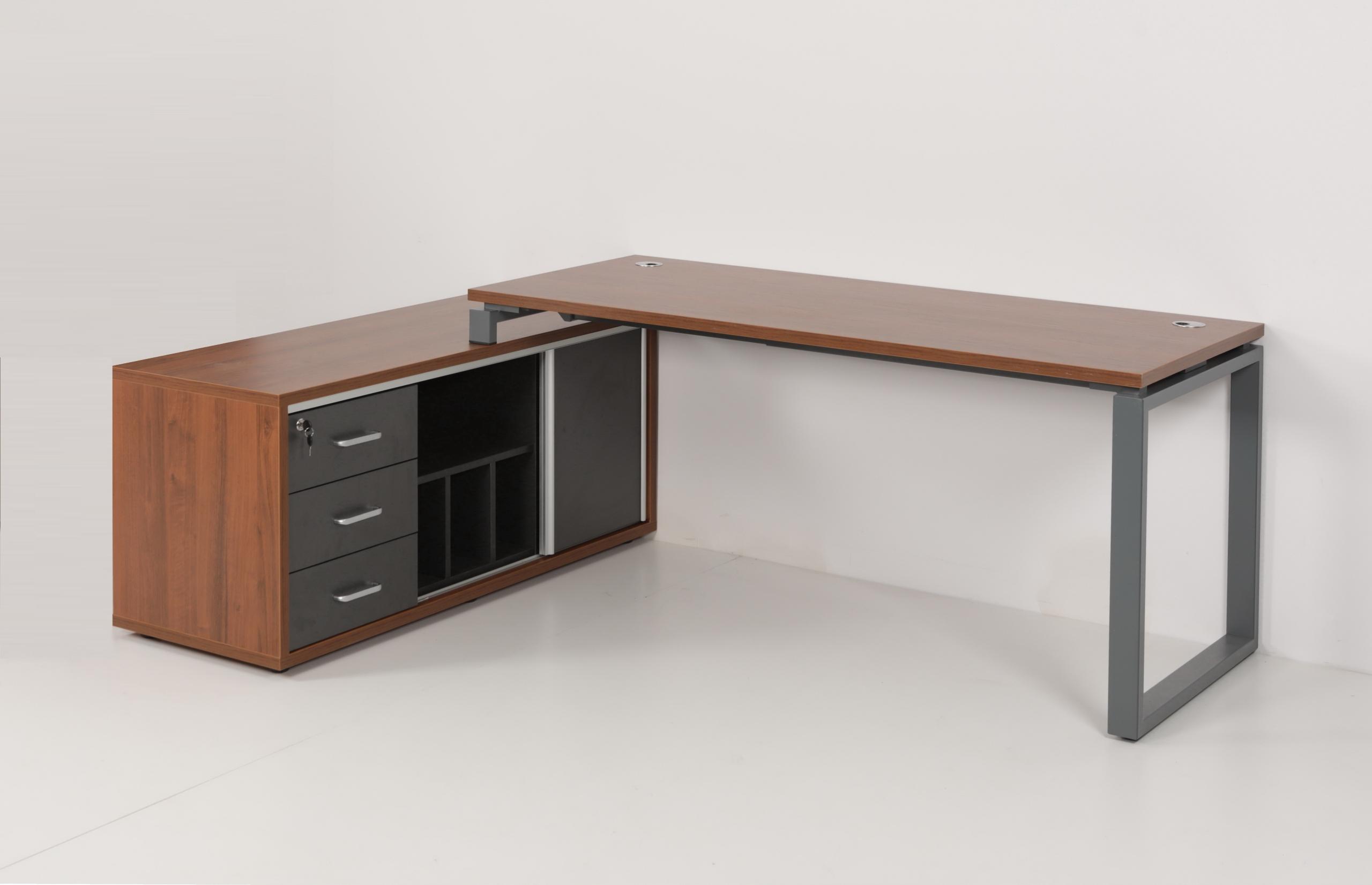 Письменный стол на металлическом каркасе с контейнером