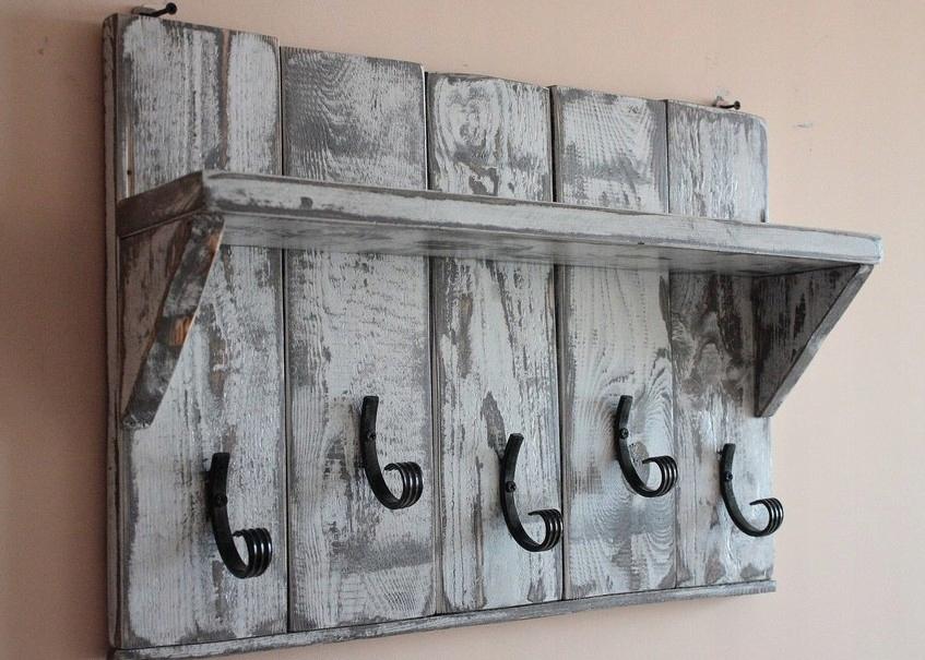 Na vešiak je vyrobený z dosiek z dreva vintage ošumelé vidieka