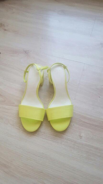 Świetne neonowe sandały Bershka tanio