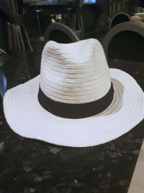 Reserved biały kapelusz z czarna wstążka