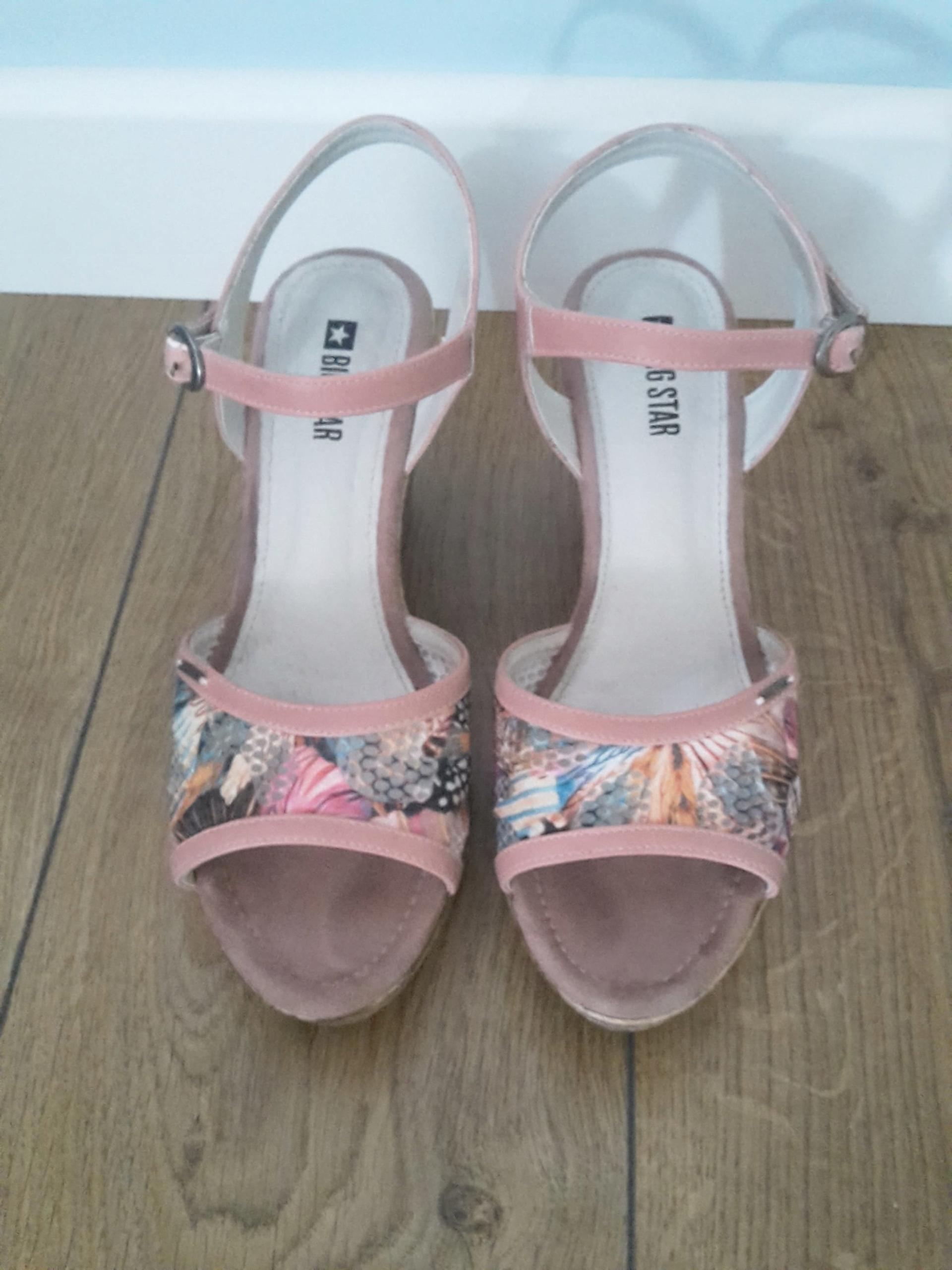 Różowe buty na koturnach