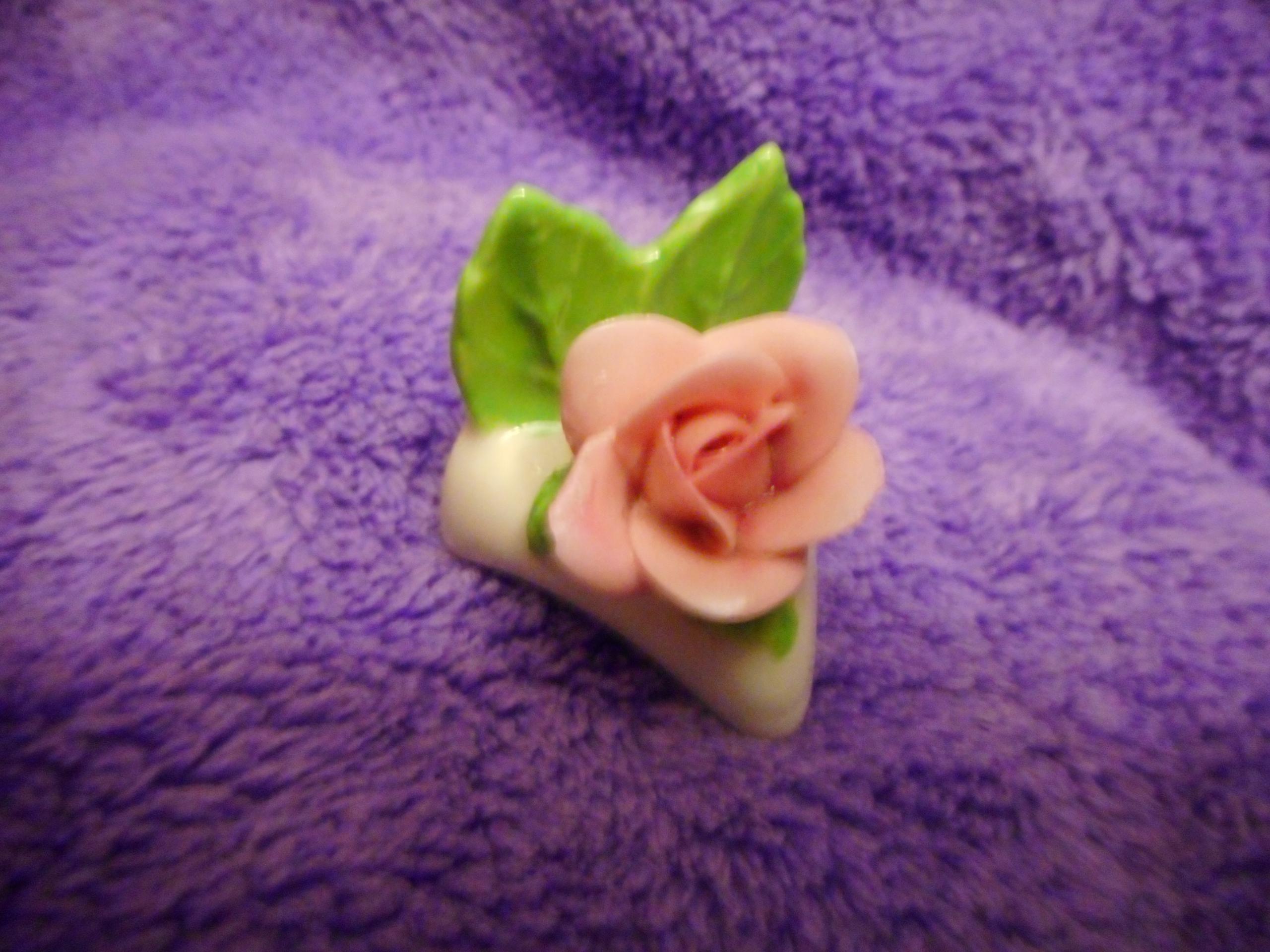 Porcelanowa mała ozdoba, róża, sygnowana