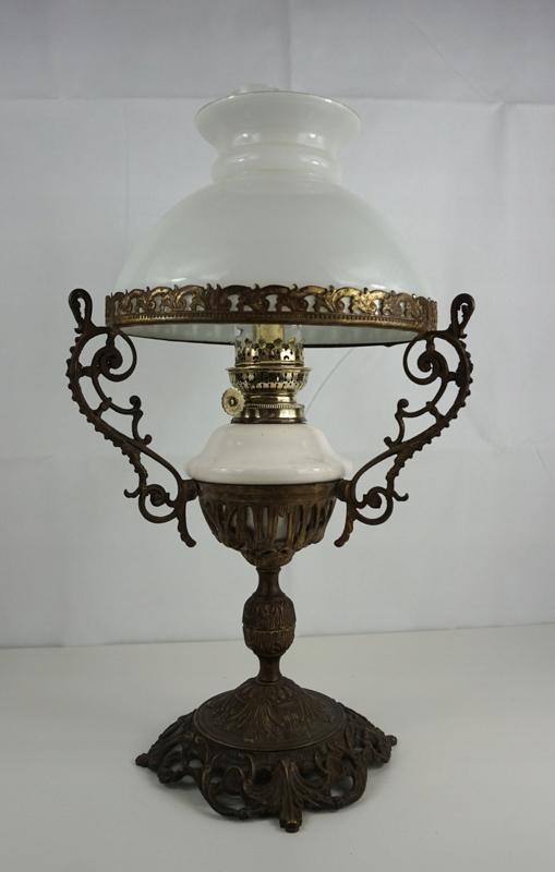 Piękna stara stojąca lampa naftowa Holandia