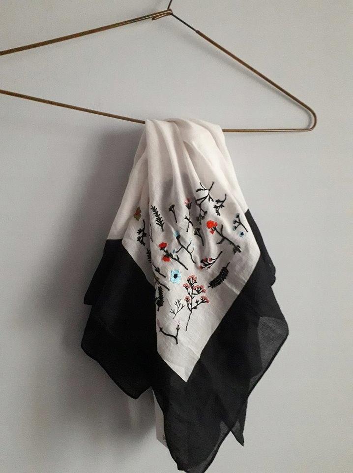 Chusta hafty kwiaty czarny biały Stradivarius