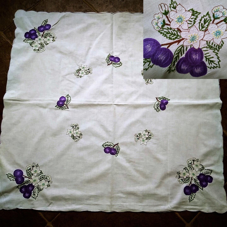 Obrus bawełniany biały,haft śliwki