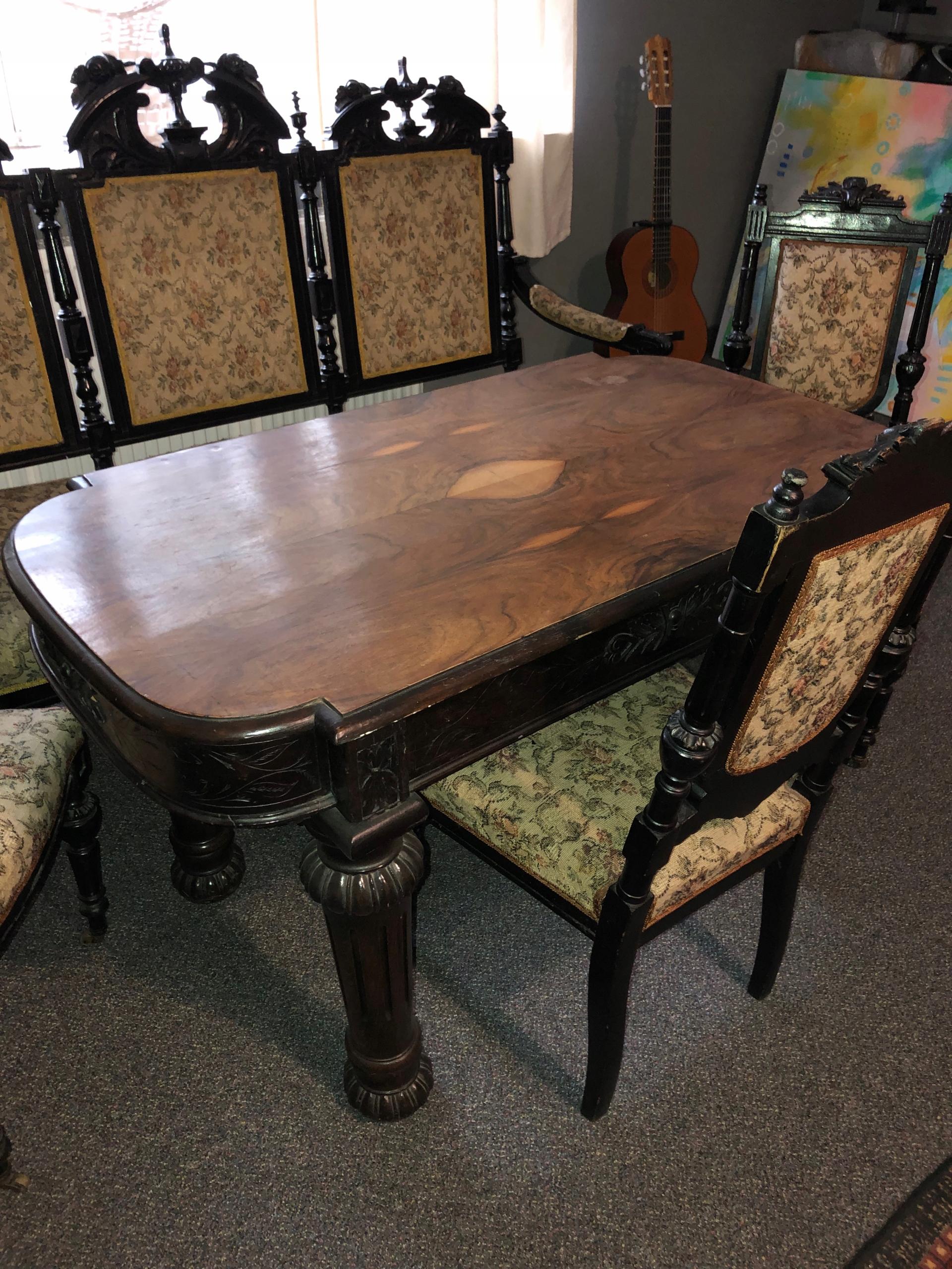 Sofa, krzesła i stół antyczny