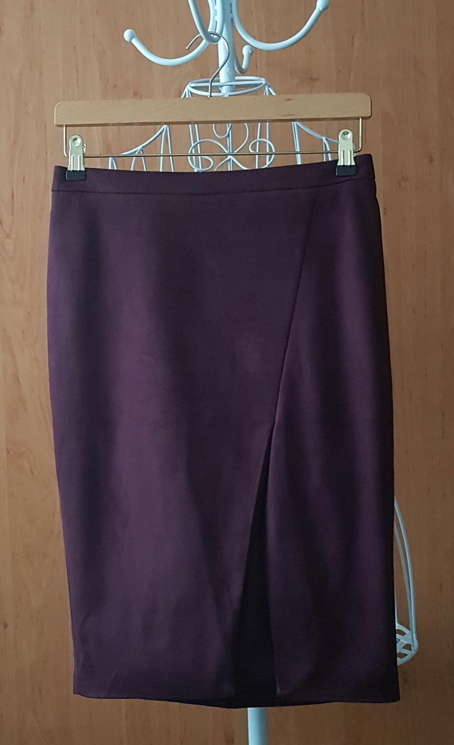 Fioletowa ołówkowa spódnica z rozcięciem z przodu