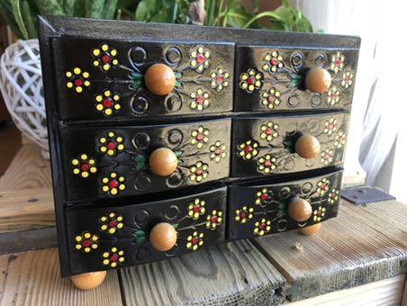Tradycyjna drewniana komódka na biżuterię