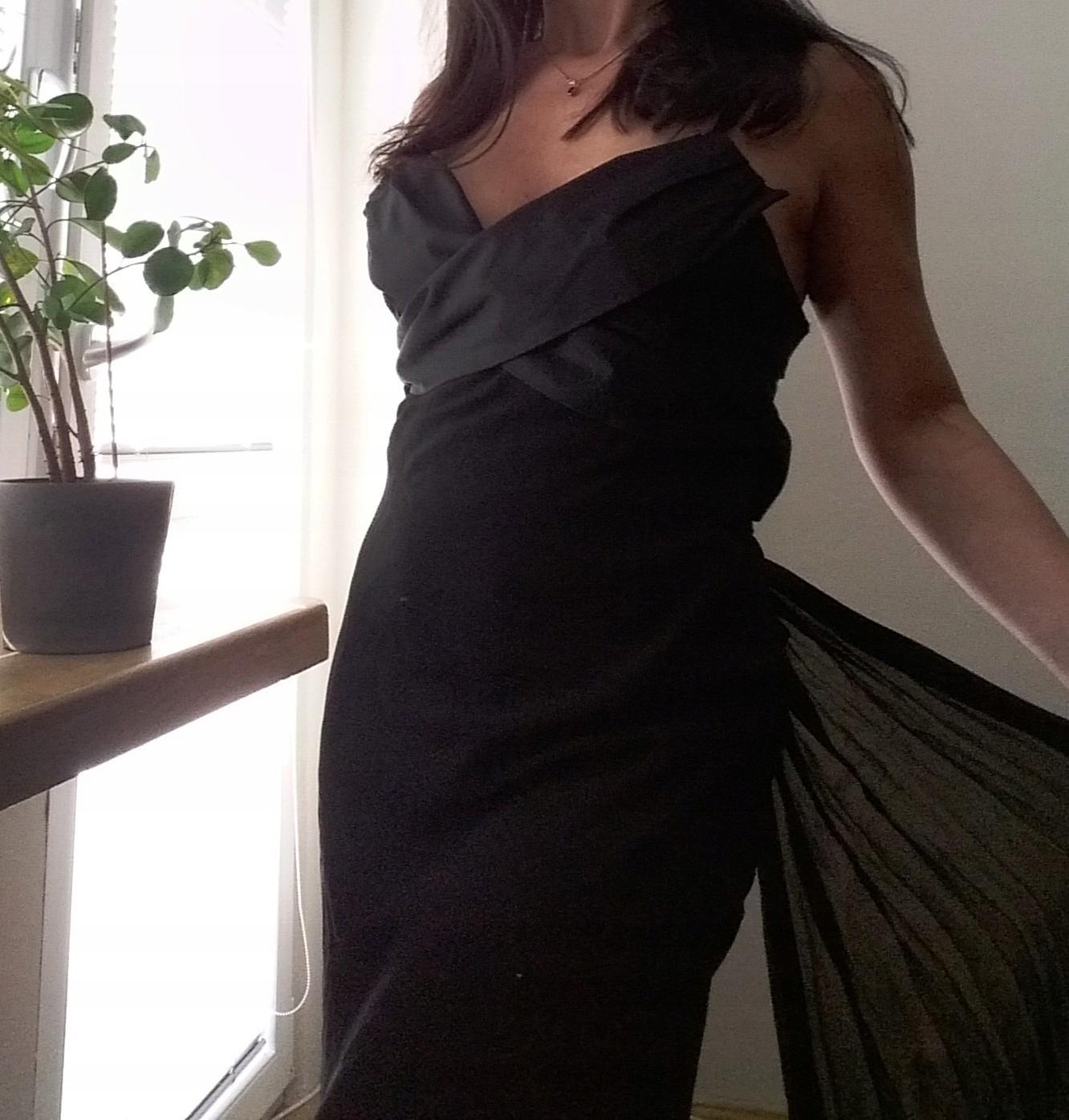 Piękna czarna sukienka Mango maxi jedwab