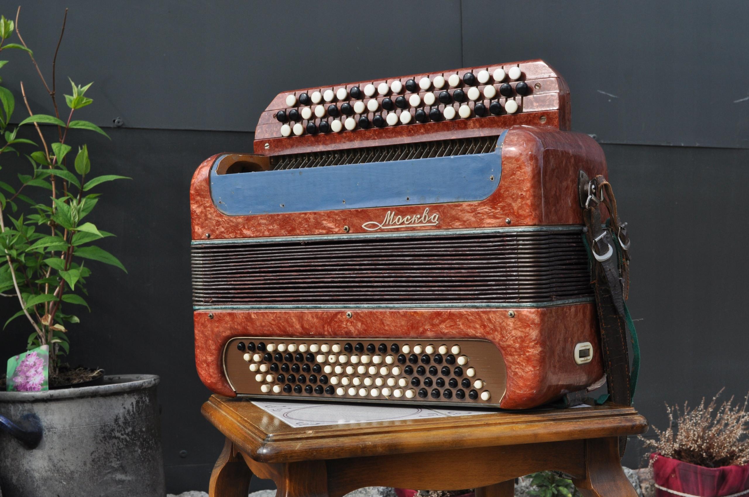 Stary radziecki akordeon guzikowy Moskwa bakelit