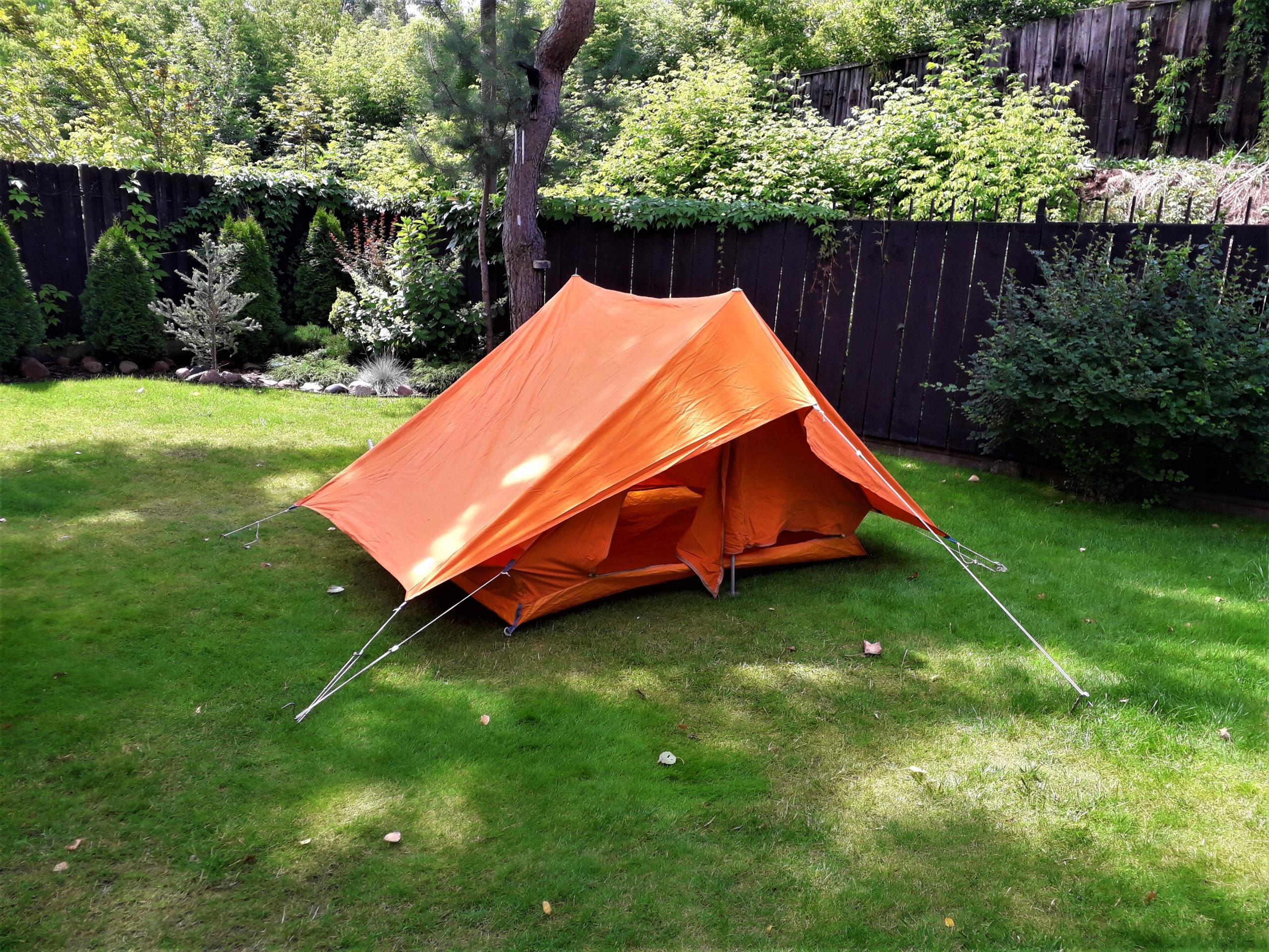 Namiot dwuosobowy z tropikiem.