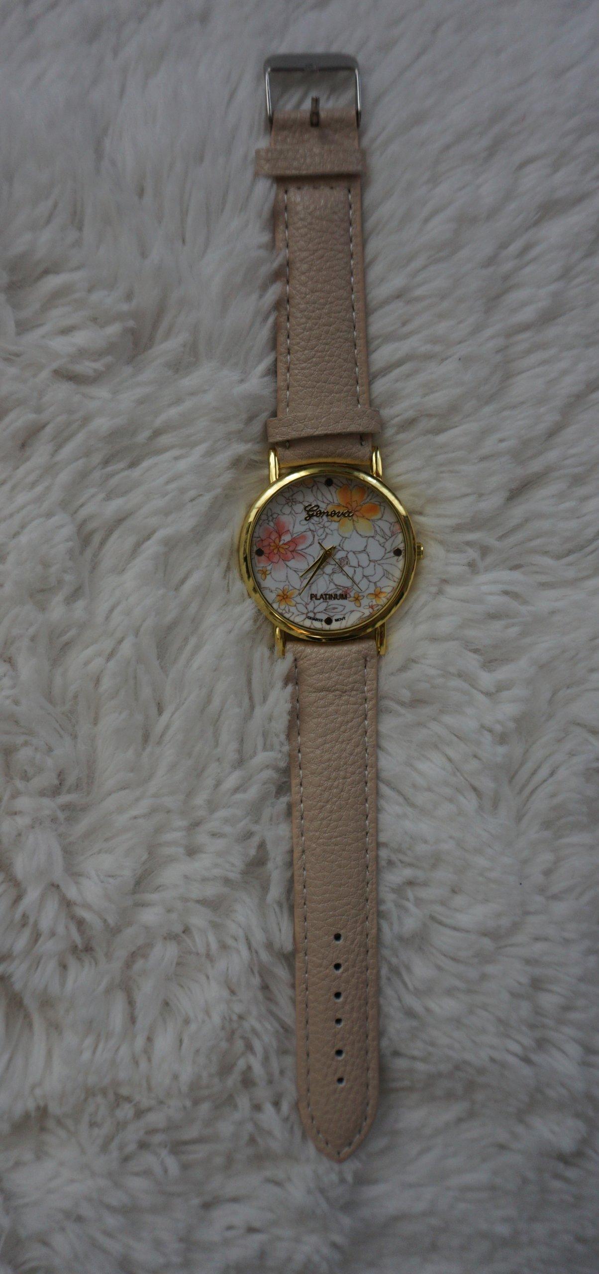 Nowy beżowy zegarek z kwiatami