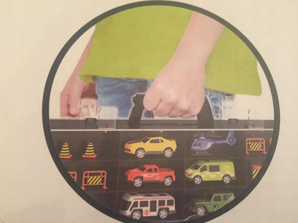 Samochód tir z samochodami, znaki, walizka na auta