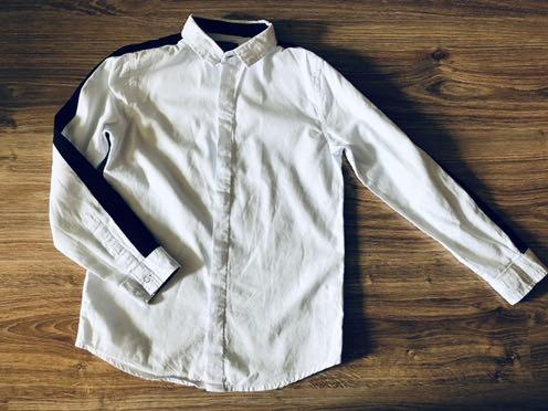 Reserved biała koszul z czarnym lampasem 128cm