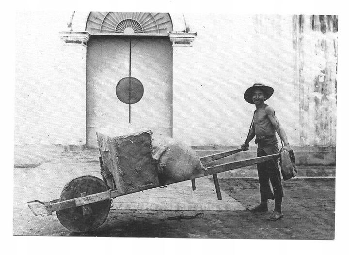 Poczt. - Chiński tragarz z taczką / Indonezja 1910