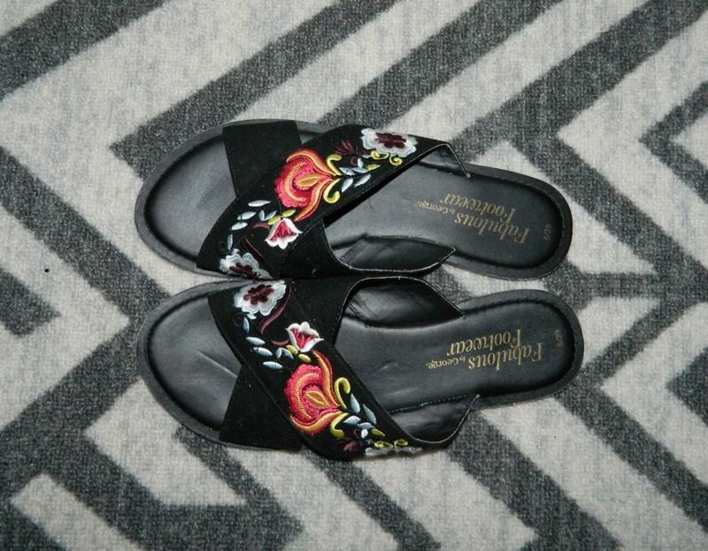 czarne klapki w haftowane kwiatki George asos zara