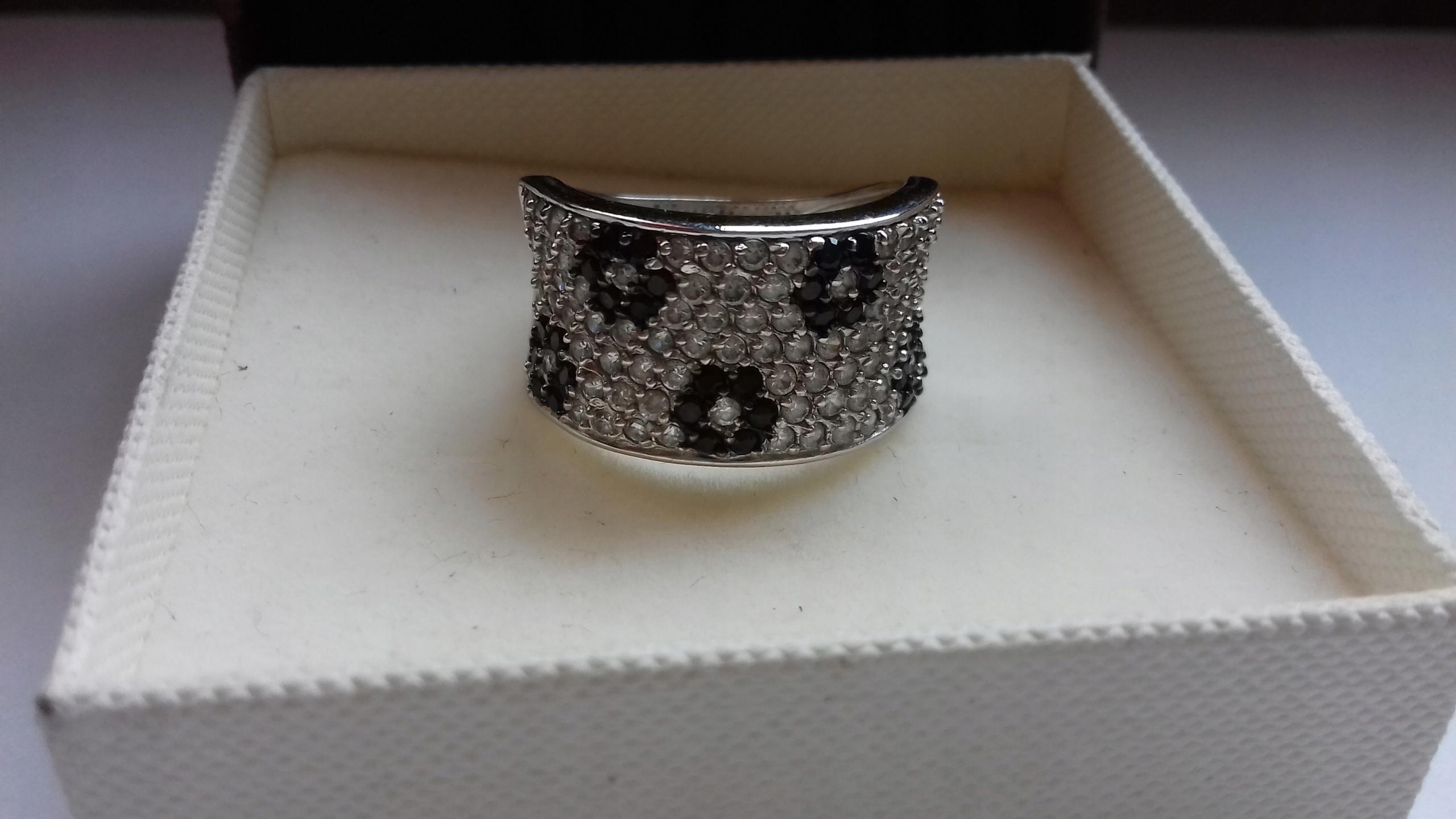 KRUK pierścionek białe czarne cyrkonie kwiatuszki