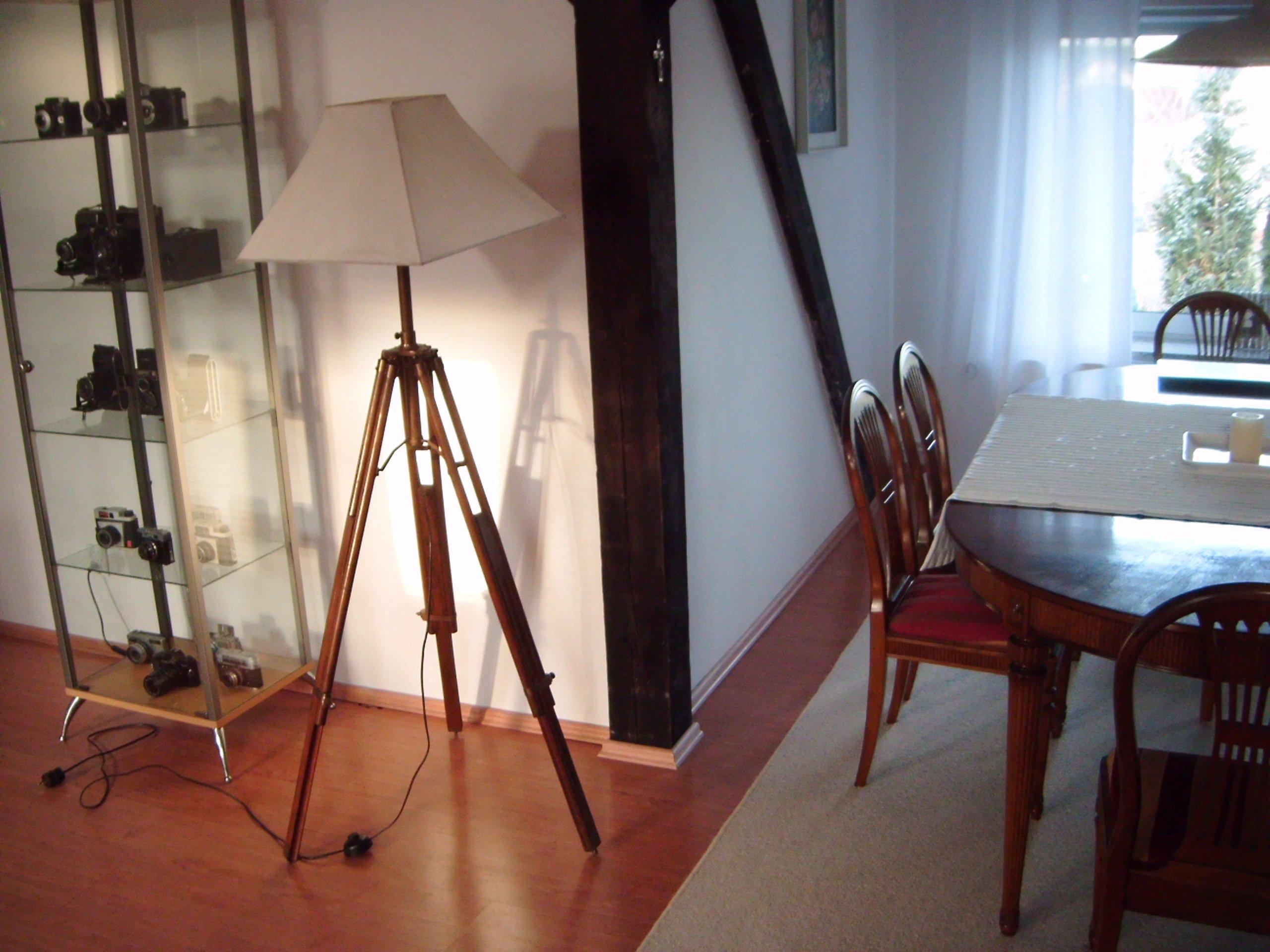 Designerska lampa na statywie