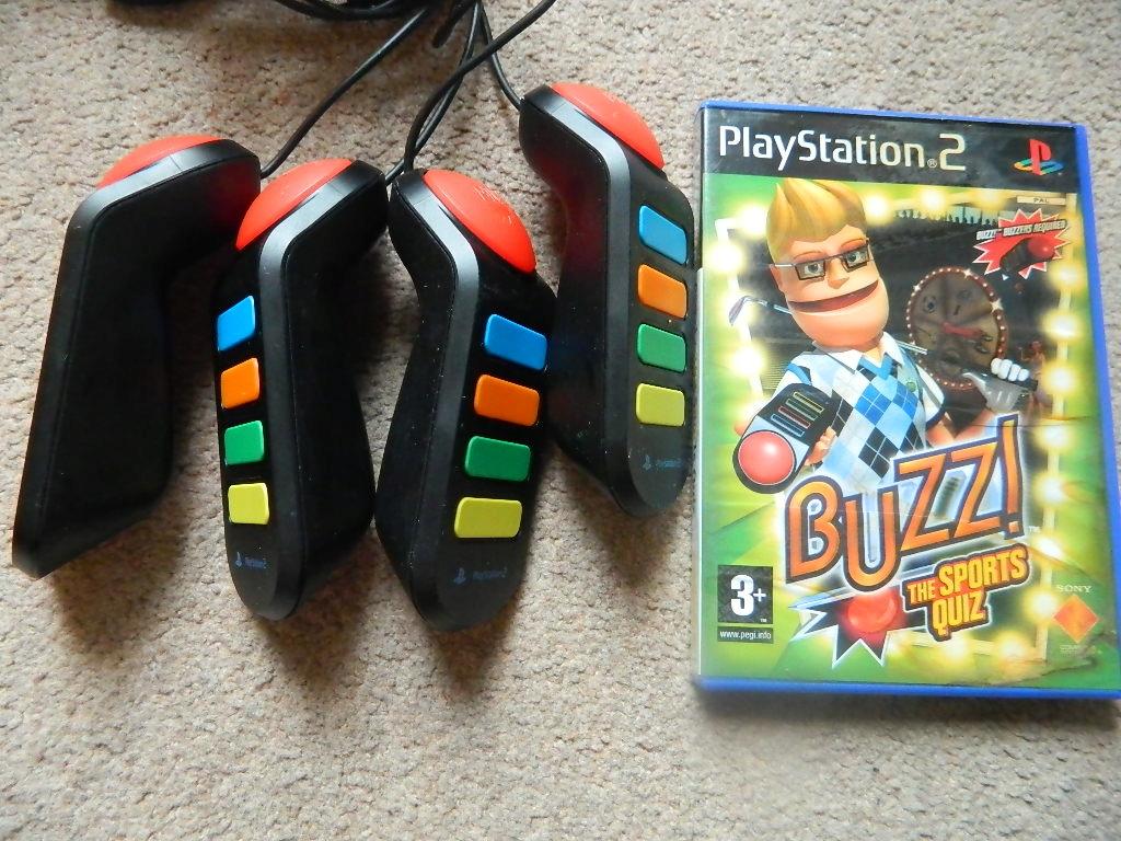 4 BUZZERY PRZEWODOWE + BUZZ ! THE SPORTS QUIZ PS2