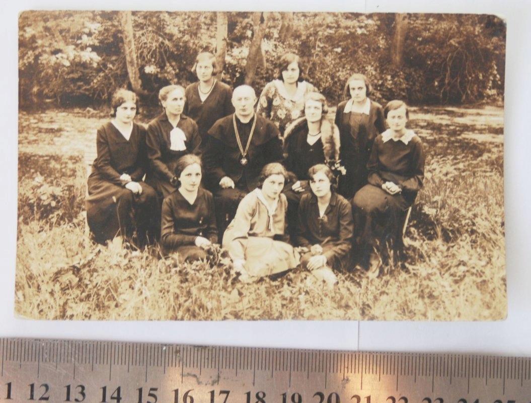 Stare zdjęcie grupowe z księdze Kresy Maciejów