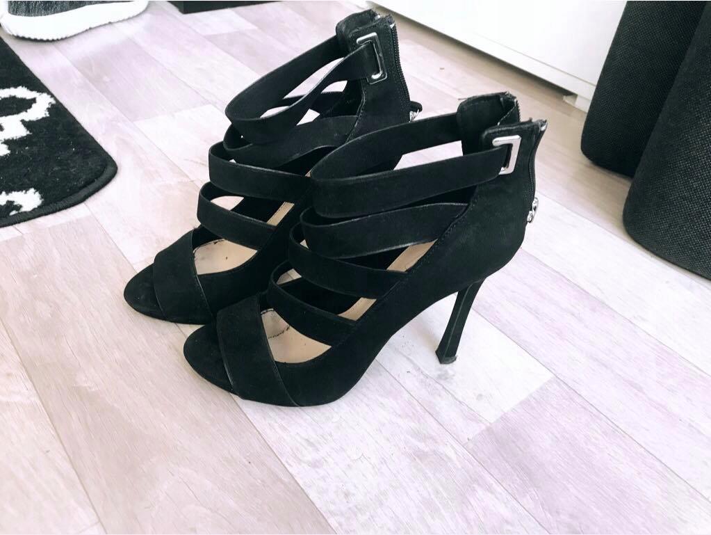 Czarne szpilki sandały paski Bershka