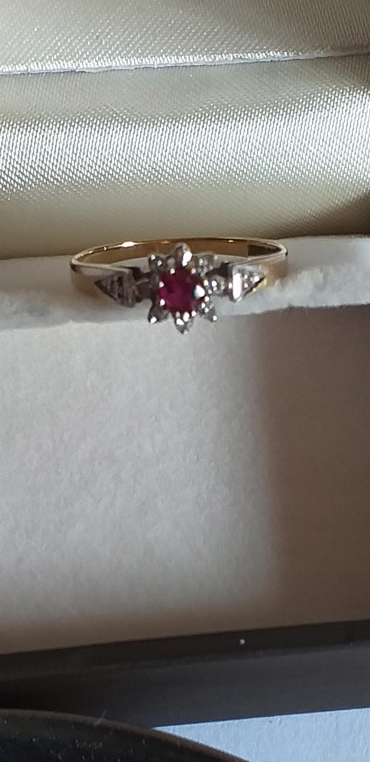 Złoty pierścionek z diamentami i rubinem