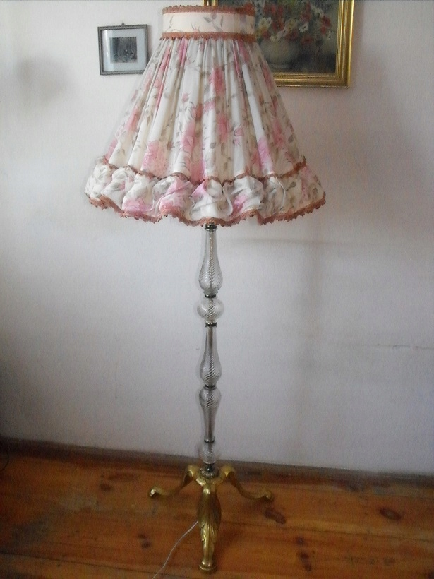 Urocza szklana lampa z dekoracyjnym abażurem