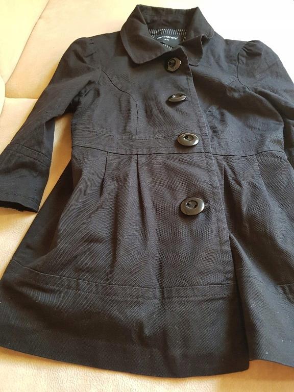 Czarny płaszcz damski na wiosnę