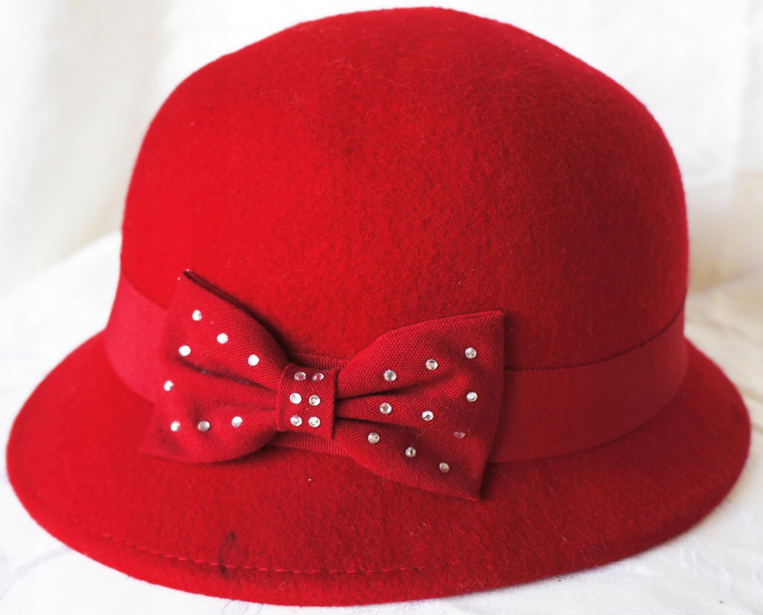 ZARA. Czerwony kapelusz R56