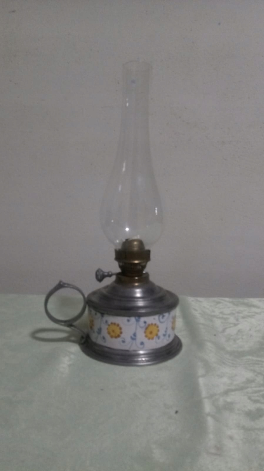 Urocza stara porcelanowa/cynk lampka