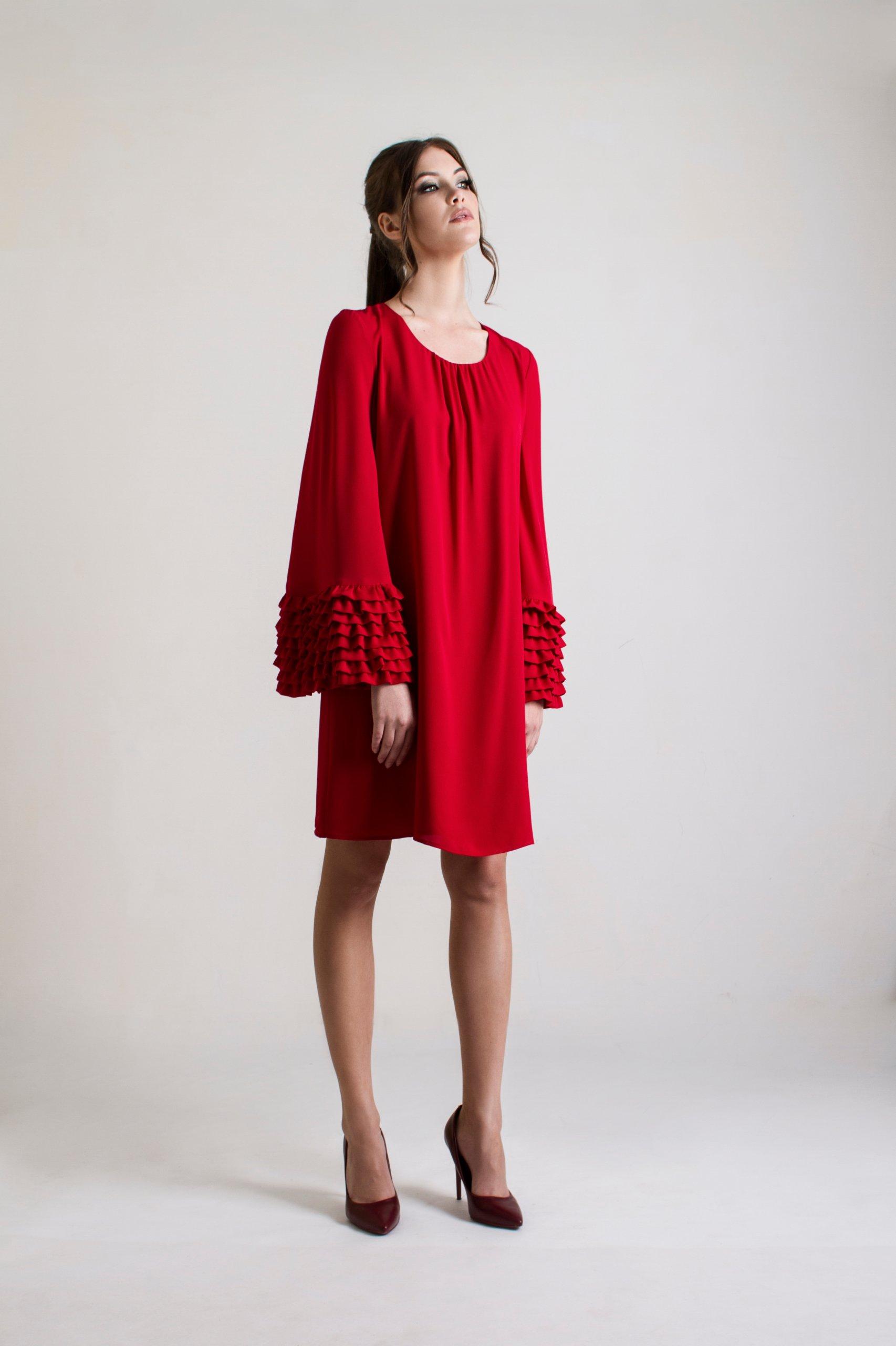 c0b55efec8 Czerwona sukienka z ozdobnymi rękawami - 7340313998 - oficjalne ...