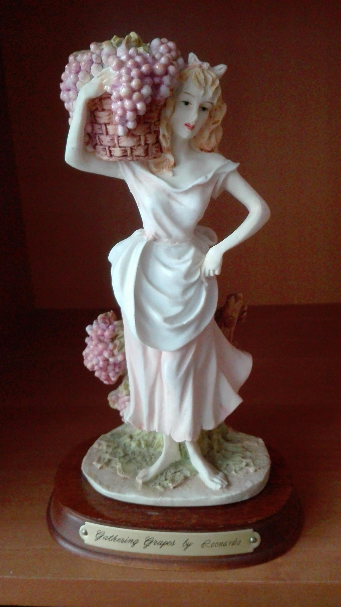 """Figurka kobiety z winogronem""""LEONARDO''"""