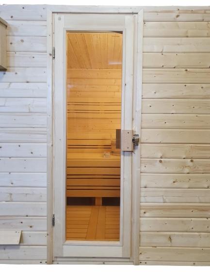 Дверь в садовую сауну на открытом воздухе