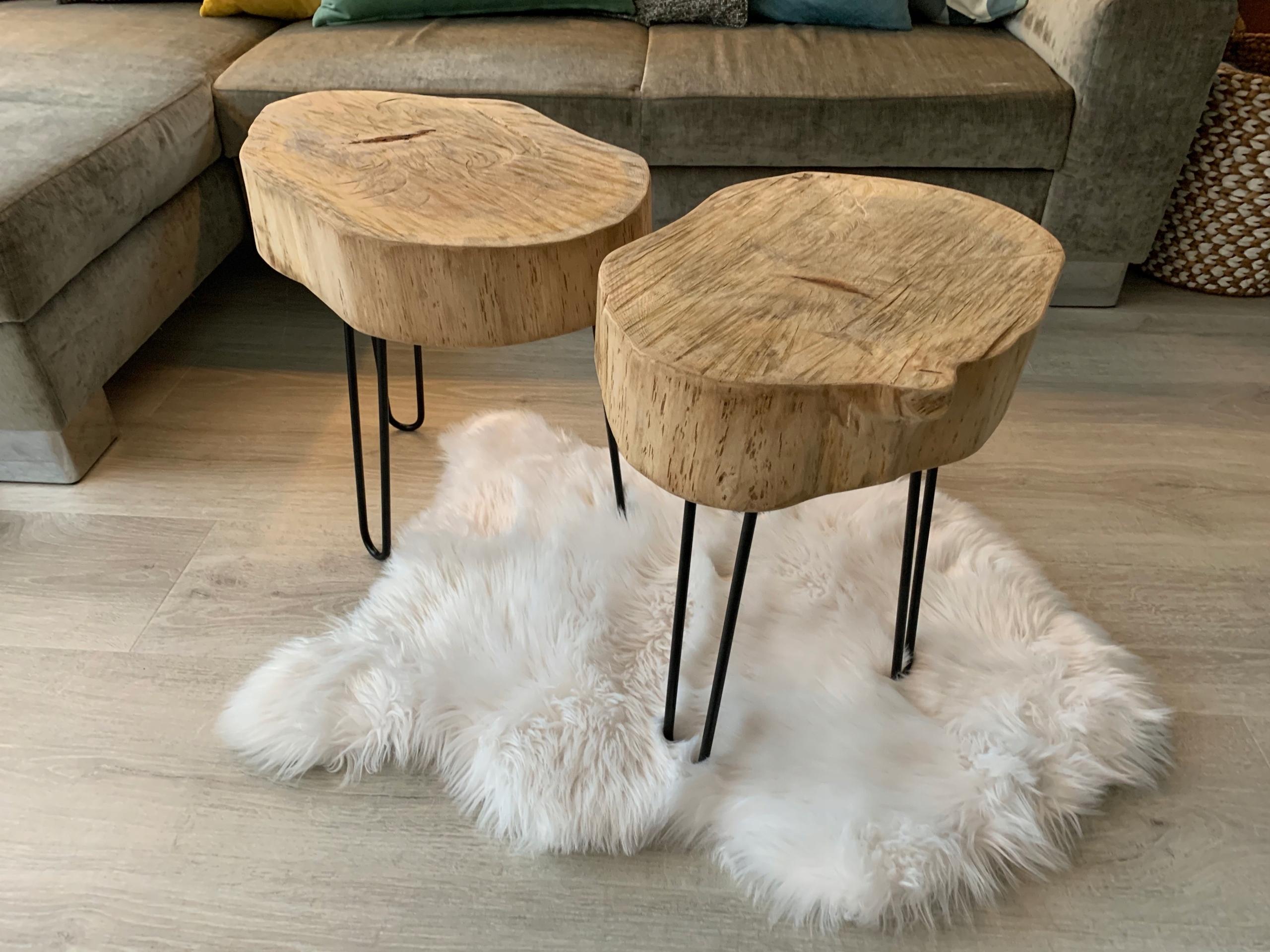Stolik kawowy z ozdobnym drewnianym blatem