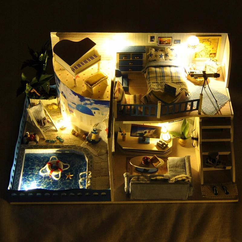 Drevený domček pre bábiky s retro hudobným osvetlením