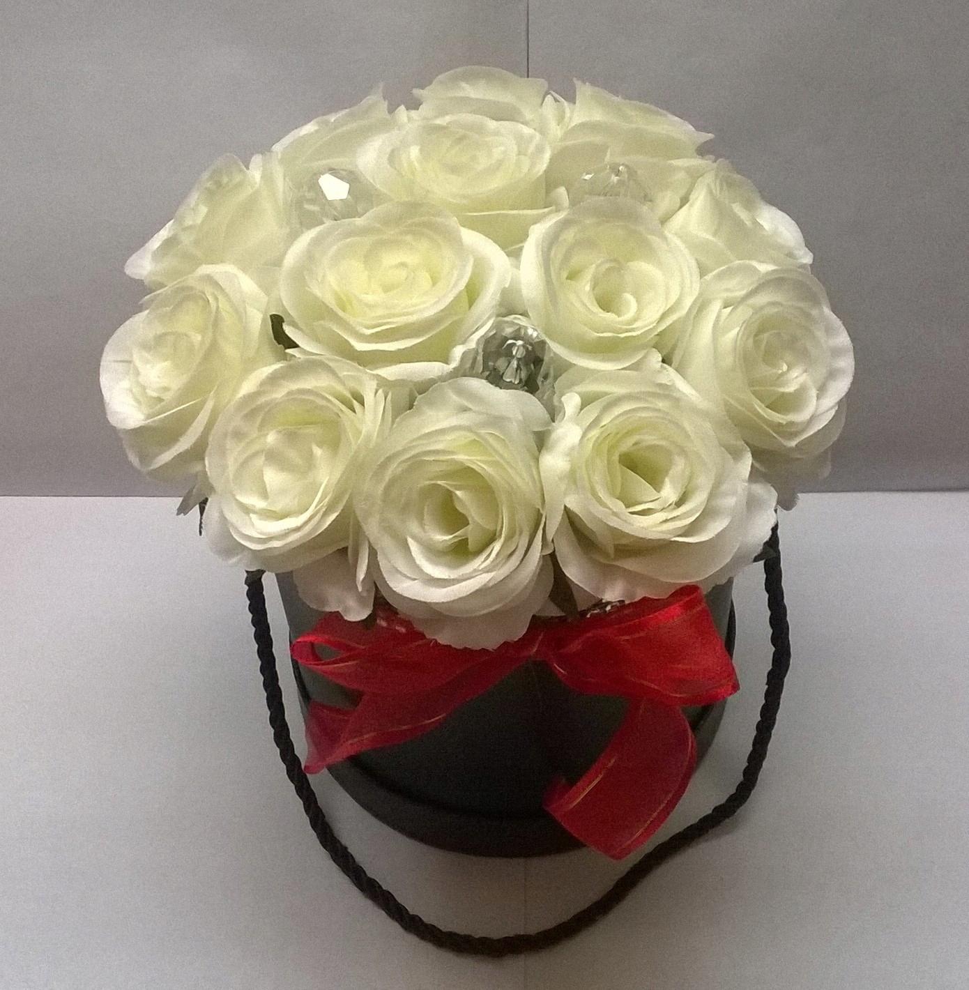 Цветочная коробка белых роз